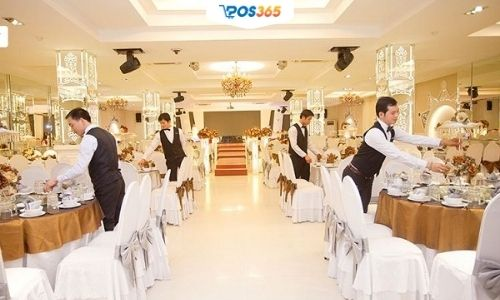 nhân viên phục vụ tiệc cưới