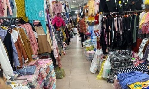chợ Ninh Hiệp có bán lẻ quần áo không?