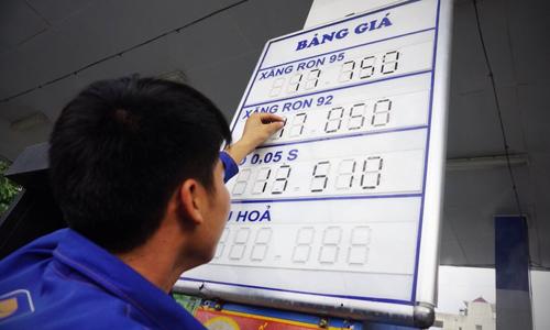 Giá xăng tiếp tục giảm gần 200 đồng/ lít
